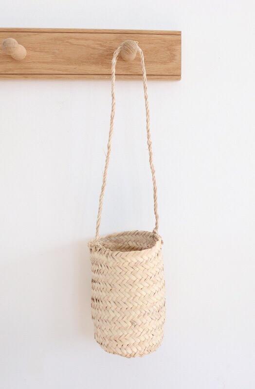 petit panier suspendre en feuilles de palmier le joli shop. Black Bedroom Furniture Sets. Home Design Ideas